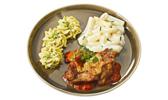 Standaard Gebakken kipdijrolletje in stroganoffsaus met asperges à la crème en aardappelpuree met truffeltapenade