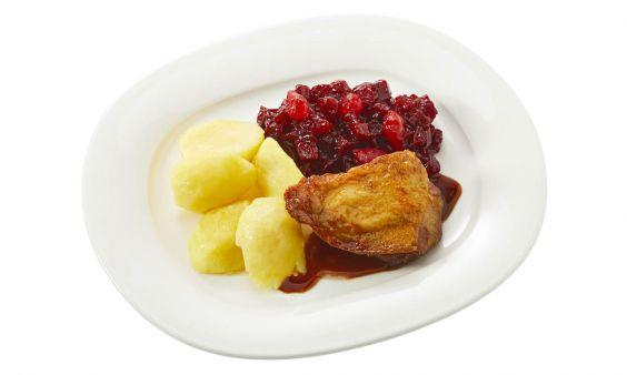 Standaard Kipkarbonade met kippenjus, rode bietjes met zilveruitjes en gekookte aardappelen