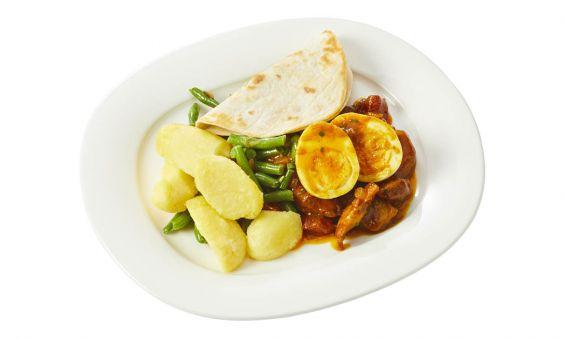 Standaard Kiproti met aardappelen, boontjes en een gekookt eitje