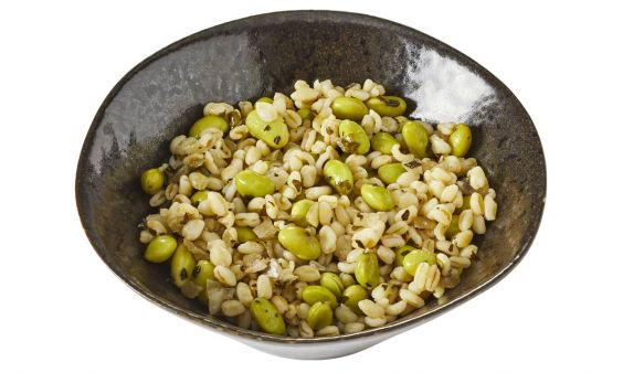 Sojabonensalade met tarwe, mint en limoen