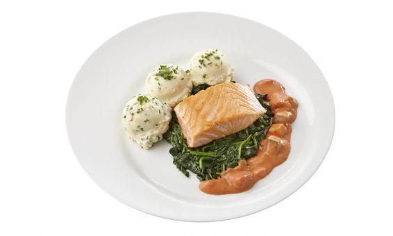 Gemalen en zoutarm Gebakken zalmfilet met normandische saus, bladspinazie en aardappelpuree met bieslook