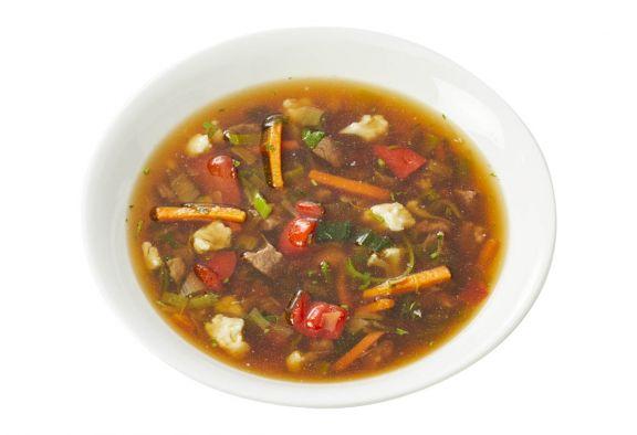 Standaard Rijkelijk gevulde groentesoep met rundvlees