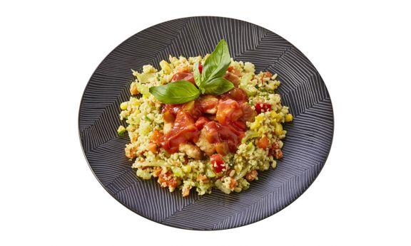 Standaard Bulgur-quinoaschotel met zoet zure kip en groenten