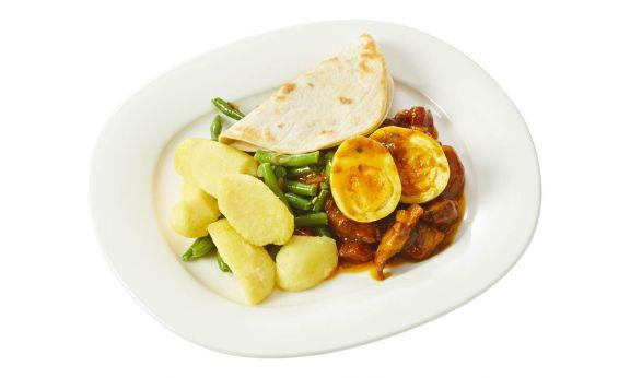 Gemalen en zoutarm Kiproti met aardappelen, sperzieboontjes en een gekookt eitje