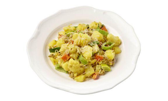 Standaard Romige rundergehaktschotel met prei en bloemkool, gekookte krieltjes, masala-kerrie en kaas.