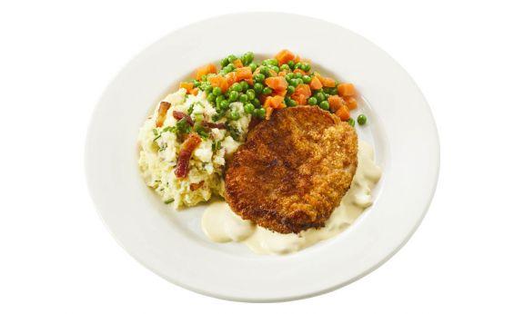 Standaard Varkensschnitzel in champignonsaus, doperwtjes-worteltjes en aardappelpuree met spekjes en bieslook