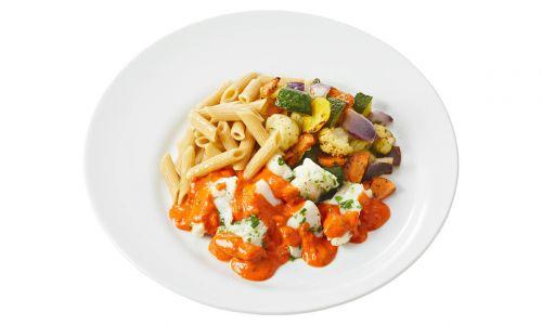 Gemalen Kabeljauw in paprika-tomatensaus met groentemix en volkorenpasta