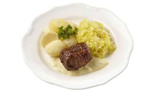 Rundervink met mosterdsaus, gestoofde spitskool en gekookte aardappelen