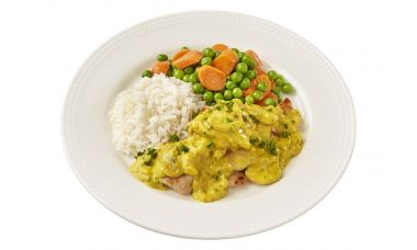 Carezzo Kipragoutschotel met rijst, doperwten en worteltjes