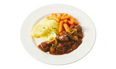 Boeuf bourguignon met worteltjes en gekookte aardappelen