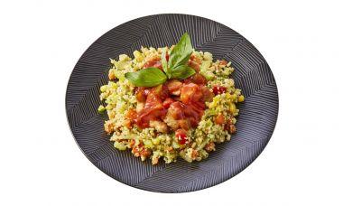 Bulgur-quinoaschotel met zoet zure kip en groenten